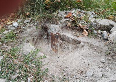urwany słupek w betonie