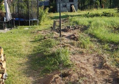 etap montażu ogrodzenia - ustawianie słupków