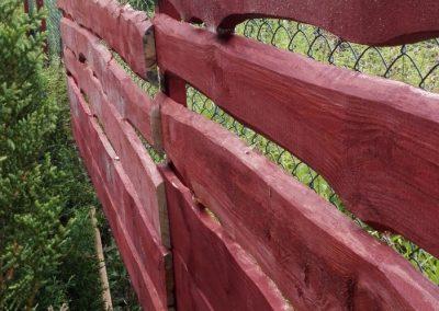 ogrodzenie drewniane obok siatkowego