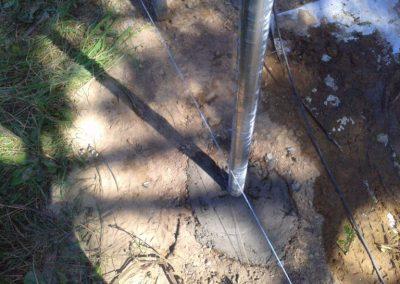 słupek ogrodzeniowy na linii tyczenia