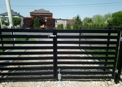 brama palisadowa czarna